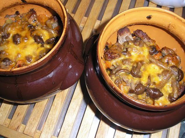 Горшочки в духовке с мясом и картошкой и грибами сыром