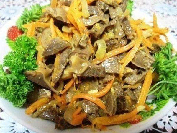 салат из куриных желудков с луком и морковью